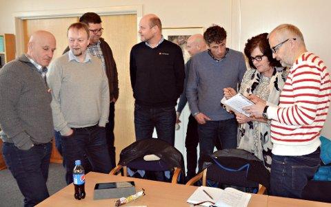 Diskuterer seg fram til felles tekst. Arne Magnus Aasen, Roger Bach, Jon N. Eikrem, Stig Fjedset, Gunnar G. Hagen, Peder Aasprang, Milly Bente Nørsett og Gunnar Waagen.