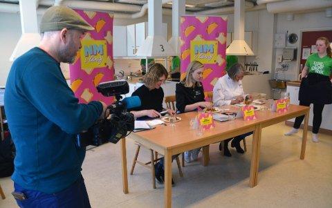 Med smaksløkene skjerpet, juryen Merete Hagen Helland (t.v.), Britt Marlene Kåsin og Toril Gulbransen. Flankert av Roar Halten fra NRK og Pia Smogeli fra Foodforce.