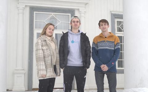 FLEKKEFJÆRINGER: Flekkefjæringene Emilie Haugen, Eivind Lønning og Emil Modalsli på Hurdal folkehøgskole er glade for å kunne ha en tilnærmet normal hverdag mens andre studenter må sitte på «hjemmekontor».