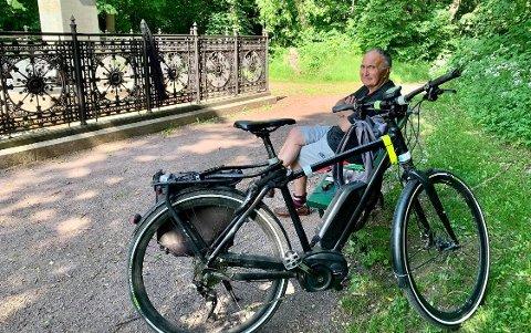 PAUSE: Alan Øgaard sykler ofte ut til statuen på Dronningberget. Han forteller gjerne historien om kong Carl Johan.
