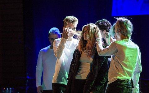 NEMA: Teatergruppa RUST frå Radøy framførte sitt eige stykke «Nema», med tekst av Aron Jasperr Lona.ALLE FOTO: Morten Sæle