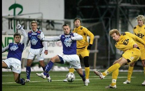 Den tidligere Glimt-spilleren Per Verner Rønning legger opp som fotballspiller. Her er han i aksjon for Glimt mot Aalesund i en treningskamp i 2008.