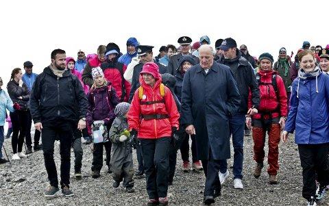 På tur: I 2016 åpnet dronning Sonja Keiserstien i Bodø. Da var det folksomt på Keiservarden.