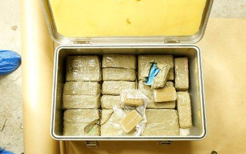 Kripos' egne bilder fra i fjor sommer av narkotikabeslag tatt under operasjon Hubris som retter seg mot narkotikasmugling mellom Danmark og Norge.