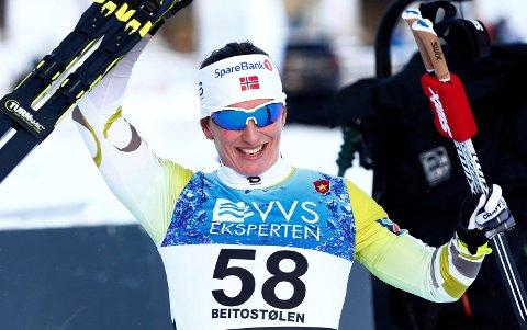Marit Bjørgen jubler for sin seier i sesongåpningen på Beitostølen fredag. (Foto: Terje Pedersen / NTB scanpix)