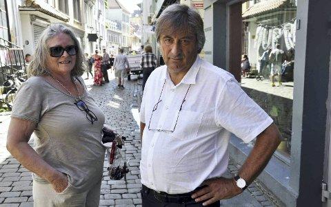Jo Gjerstad og Anne Berit Søvik er rasende over utviklingen i nabolaget deres. – Hvorfor skal vi ha fire lavterskeltilbud i en gate på 50 meter, spør de to. De mener politikerne slikker Bymisjonen oppetter ryggen, og bare prater.