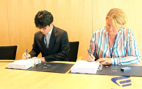 Avdelingsdirektør Hwang Tae-Ho i LS Cable & Systems og konserndirektør Wenche Teigland i BKK Nett undertegner avtalen om å flytte kabelspennet i forbindelse med ny Sotrabro. FOTO: BKK
