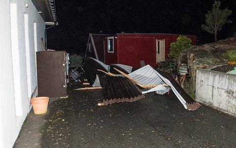 Den sterke vinden sendte et tak fra et nøst inn i vinduet på en bolig på Hanøytangen.