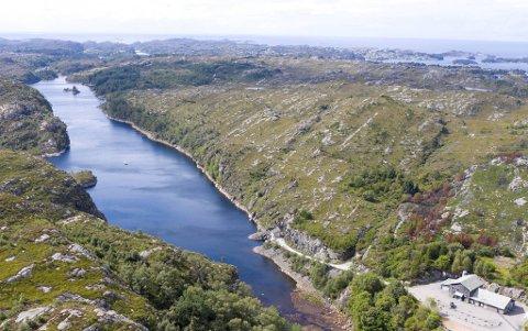 Innbyggerne i Øygarden kommune får i dag drikkevann fra Fjæreide vassverk (på bildet), Bildøyvatnet vassverk og Kørelen vassverk. Planen er at også Bergen skal kobles til det offentlige vannledningsnettet.