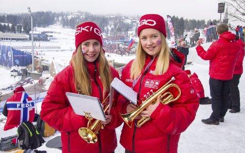 HAR DET GØY: Vårin Frøvoll (t.h.) og Emma Andersen synes det var stor stas å spille under VM i Holmenkollen.