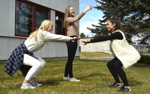 Kjenner på presset: I sitt feltarbeid i sosiologi, fant Mari Katrine Vikhagen (t.h.) ved Rosthaug videregående skole ut at ungdommer, spesielt jenter, stadig kjenner på kroppspresset. Her er hun sammen med venninnene Anita Vinnord (t.v.) og Lise Klev (i midten).