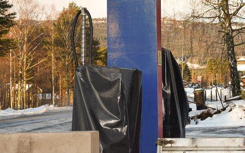 ÅPNER PUMPENE: I januar er det nok en gang mulig å fylle bensin eller diesel på stasjonen til Kjell Andersen.