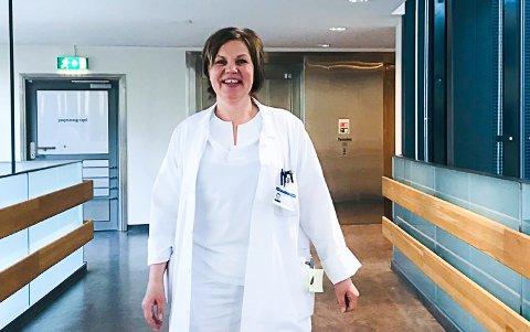 ØKENDE PÅGANG: Solveig Sæta, overlege på medisinsk avdeling på Ringerike sykehus, forteller at tilstrømningen har økt de siste dagene, men at det så langt har vært litt «stille før stormen»-stemning.