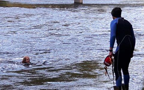 UTESVØMMING: Mari Randen Aamodt (12) flyter ned elva og svømmelærer Christer Bu Mathiesen står på land.