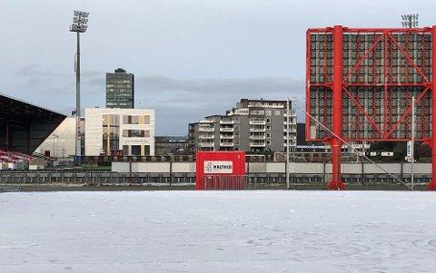 SNØ OG IS: Natt til fredag kom minusgradene til Bryne og med det fulgte snø og is, som lå over kunstgressbanen. I bakkant finner man Bryne stadion hvor slaget står på lørdag.