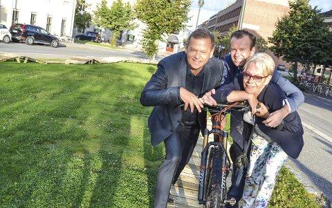 Aktivt byliv: – Sykkelbanen skaper ny aktivitet i byen, sier Tom Søgård, Per Øivind Mørk og Tove Paule.