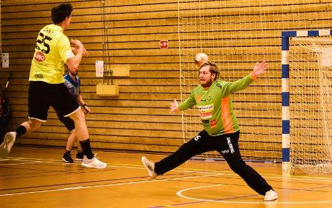 FANT HULLENE.  Her scorer Aksel Horgen et av de viktigste målene da han lurer ballen over hodet på Rasmus Bech i Halden-målet. Neste sesong spiller de sammen i DHK.