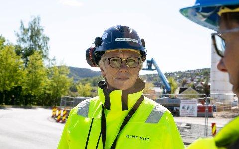 – Av sikkerhetsmessige hensyn må enkelte oppgaver som ligger tett på trafikkerte spor gjøres i togfrie perioder, sier prosjektsjef Hanne Stormo.