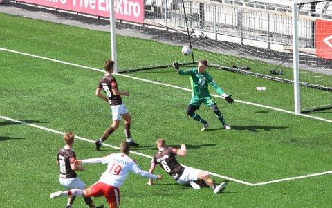 Idar N. Lysgård, Mjøndalens nye keeper, fikk en stri ettermiddag mot Fredrikstad på Consto Arena, og måtte se fire baller bak seg. Her er det Olav Øby som får tid til å sikte inn før han knaller ballen opp i nettaket bak Lysgård.
