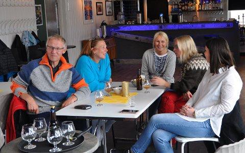 KULTURHYGGE: Selv om det ble diskutert seriøse tema, var det rom for smaking av lokalbrygget øl.