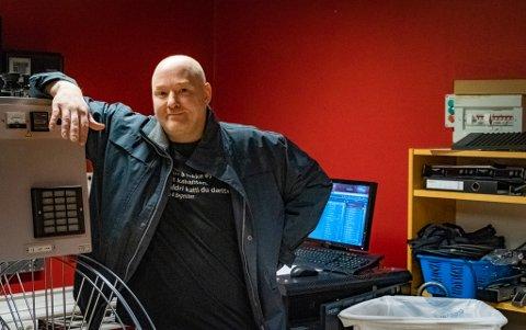 HÅPER: Maskinist Trond Egil Nørstad håper at filmstudioene fortsetter å sende filmene på kino først.