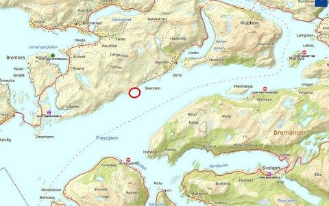 Skippedalsneset ligg vest for Berle. Det ligg eit anna Marine Harvest-anlegg på sørsida ved Gulestø, eit ved Løypingsneset aust for Hennøy og eit aust for Marøya, begge drifta av K.Strømmen Lakseoppdrett.