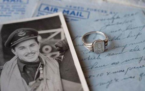 KRIGSDRAMA: Den canadiske avisa Waterloo Region Record har teke for seg historia om piloten Rex Myrick, ringen frå Førde og flyvraket i Førdefjorden.