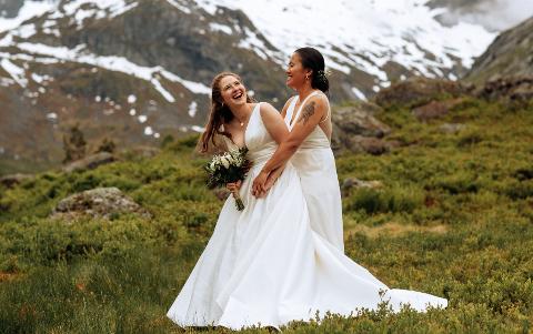 JA TIL KVARANDRE: Gry Holme Vannebo (30) og Mathilde Holme Vannebo gifta seg i Sogndal på laurdag. – Me har alltid vore tydelege på at me vil gifta oss før me får ungar, seier Gry.