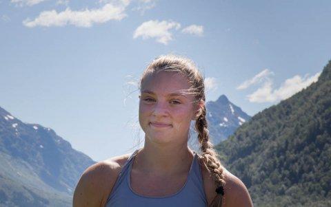 MANGE JARN I ELDEN: Julia Jordanger Loen (18) har dei siste åra balansert toppidrett, samfunnsengasjement, jobb, vener og skule. No flyttar ho til Naustdal for å vie meir tid til draumen om OL.