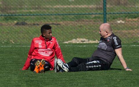 UAVKLART: Anas Farah (til venstre) trener fortsatt med FFK, selv om kontrakten hans med klubben har gått ut.