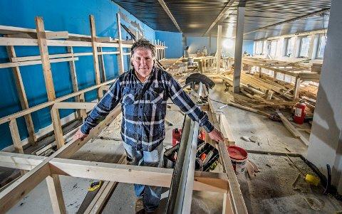 Byggetrinn III: Arne Børresen og de andre i Gamlebyen Modelljernbanesenter gleder seg til den nye avdelingen står klar til sommeren. Nå er lokalet bare en byggeplass, men snart er togene i rute og kvartalene reist.