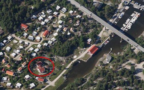 Campingvirksomheten har blitt omfattende i Grønnetkilen. Eieren av huset merket med rød ring mener situasjonen har blitt uholdbar.