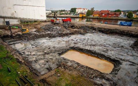 Graves og suges: Entreprenør Roar Steen Edvardsen skal sjakte ut området til dreieværsteblokka med gravemaskin og lastebiler. Vannet tas med sugesbil.