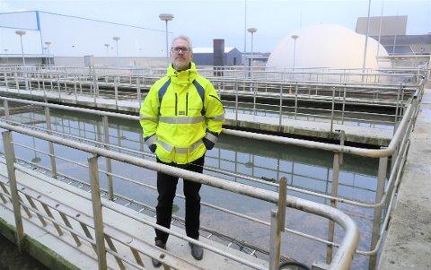 Setter seg høye mål: Frevar-direktør Fredrik Hellström vil bruke avansert teknologi i det nye avløpsrenseanlegget på Øra, som  skal erstatte dagens, hvor bildet er tatt. Frevar anbefaler å inngå en avtale om salg av tjenester til Sarpsborg.  (Foto: Øivind Lågbu)
