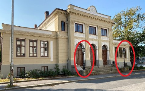 De to sorte lyktestolpene på hver side av trappen skal restaureres. De er et viktig kulturminne i Fredrikstad, ifølge Kulturminnefondet om begrunnelsen for å gi penger til arbeidet.