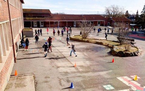 Et ønskebilde: De fleste barn (og foreldre) ønsker seg tilbake til en hverdag hvor ungene kan leke og lære på skolen, som dette bildet viser fra Nøkleby skole før koronautbruddet. Avgjørelsen om når det kan skje, tas neste uke.