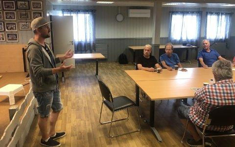 SNAKKER OM FILMEN: Daniel Høglund orienterer her om Drillo-filmen mens Jon Buer, Tor Erik Jacobsen og Thor Fredheim lytter. Jon og Tor Erik spilte begge sammen med Drillo i hans andre periode i Østsiden. Thor gikk i samme skoleklasse.