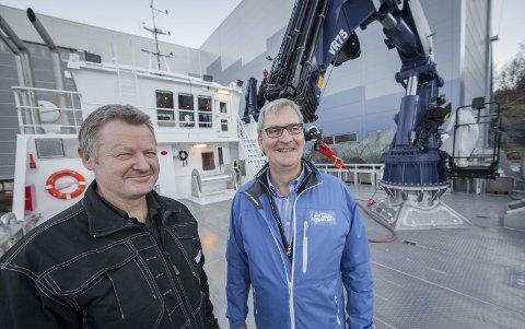 FORNØYD: Bård Meek-Hansen (til venstre) er fornøyd med å ha fått Ballangen Sjøfarm og Ottar Bakke som kunde. Her står de på akterdekket til Ballangens Sjøfarms «Poseidon», en arbeidsbåt til rundt 20 millioner kroner.FOTO: RAGNAR BØIFOT