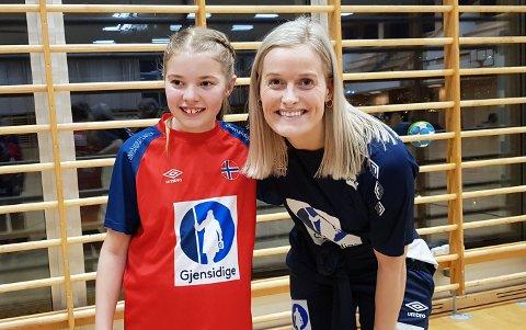 TRENING: Håndballproff Marit Røsberg Jackobsen fra Narvik trente unge håndballspillere i Narvik. Her sammen med Maja Dahl Arnøy. Hun er en av maskottene for håndball-landslaget, og spiller i Nor HK.