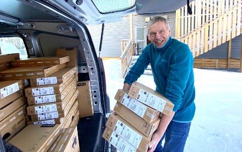 Smiler bredt: Stein Roar Jakobsen, rektor ved Frydenlund skole, hadde vanskelig for å skjule engasjementet over at samtlige elever nå får sin egen Chromebook.