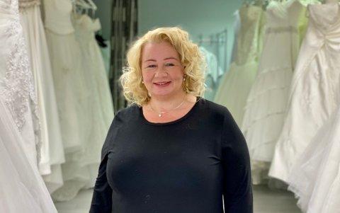 BRYLLUPSKJOLER: På brudesalongen har Nina Jakobsen flere hundre kjoler: – Alle uansett størrelse skal kunne føle seg som en prinsesse.