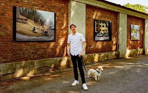 STILLER UT: Knut Egil Wang er årets festivalutstiller. Hans bilder kan du nå se på murvegen utenfor Preus museum.