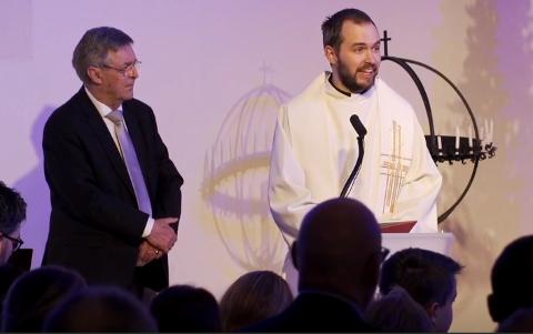 Prest Mikkel Eikill Jebe leder julegudstjenestene i Ålgård kirke på julaften.