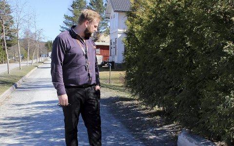 I HEKKEN: Her lå en eldre kar blødende og forslått, sier Jonas Linnerud. Foto: Kari Gjerstadberget
