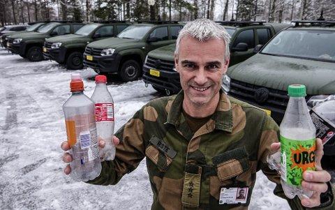 PANTET: – Vi syntes det var en god ide å pante tomflasker og gi litt ekstra til barneavdelingen ved sykehuset, sier områdesjef Hedmark UTR, kaptein Svein Riste.