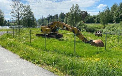 SYNLIG: Mange reagerer på at denne graveren bare har stått der i månedsvis.