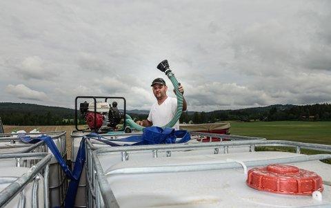 VANN OG UTSTYR: Bønder i Gjesåsen har vannberedskap og utstyr klart til bruk. Her er Ørjan Bue på vannhengeren.