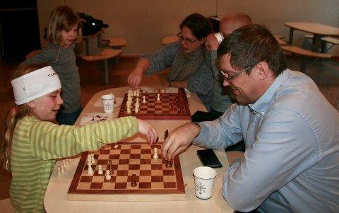 FÅR TIPS: Marie Rekaa (9) får tips av Eivinn Fjellhammer som var med som lærer på sjakk-kvelden.