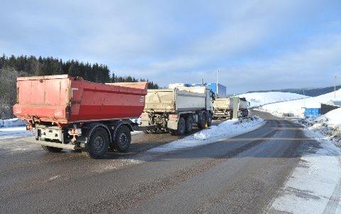 STORPÅGANG:To vogntog i kø for å bli veid inn til massedeponiet i Hakadalonsdag denne uka. Vogntogene på bildet har ikke noe å gjøre med veivesenets kontroll samme dag.