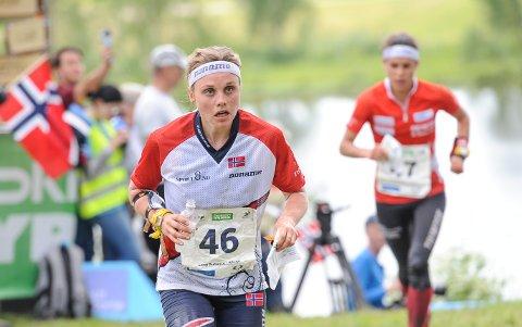 Ida Marie Næss Bjørgul i aksjon på langdistansen under O-VM i Estland i juli. I bakgrunnen HSKs sveitsiske landslagsløper Elena Roos.